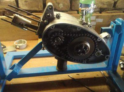 Otočný držák na opravy motorů – motor pionýr