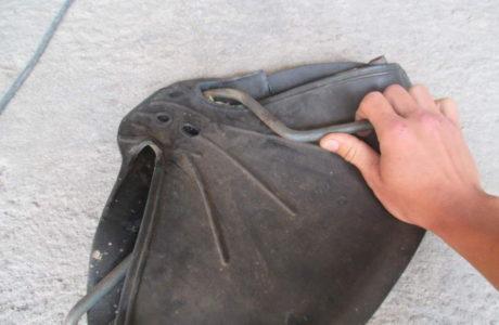 ČZ 150 C z roku 1951 – Výměna gumového potahu sedla 8 460x300 - ČZ 150 C z roku 1951 - Výměna gumového potahu sedla